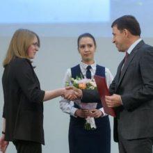 Губернатор вручил награды лучшим школьникам