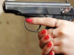 Выстрелила сама в себя