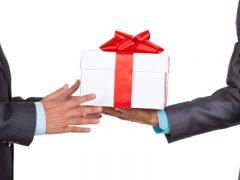 Полиграфическая продукция и цветы: что еще можно дарить чиновнику