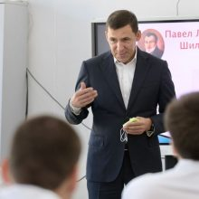 Евгений Куйвашев в День знаний рассказал 11-классникам школы в Белокаменном о нужных для региона профессиях будущего