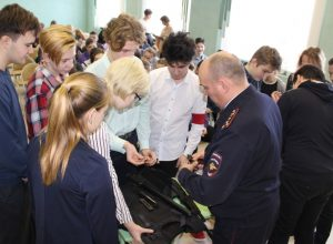 Бронежилет, каска и пистолет Макарова — старшеклассники в роли полицейских