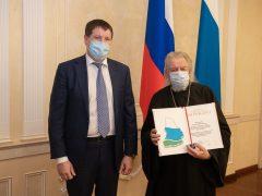В преддверии Дня добровольца Сергей Бидонько вручил награды губернатора благотворителям за помощь во время пандемии