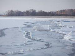 Оторвалась льдина с двадцатью рыбаками