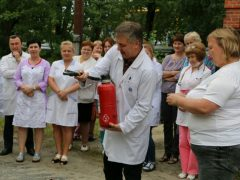Врачи и пациенты больницы на учениях